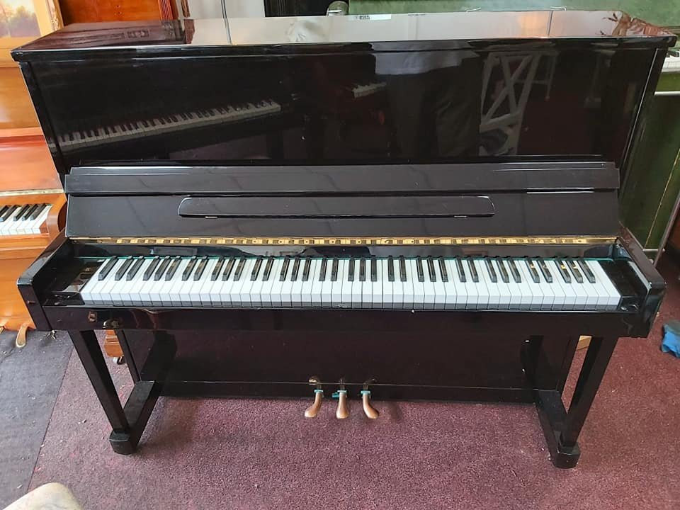BLACK UPRIGHT PIANO 01