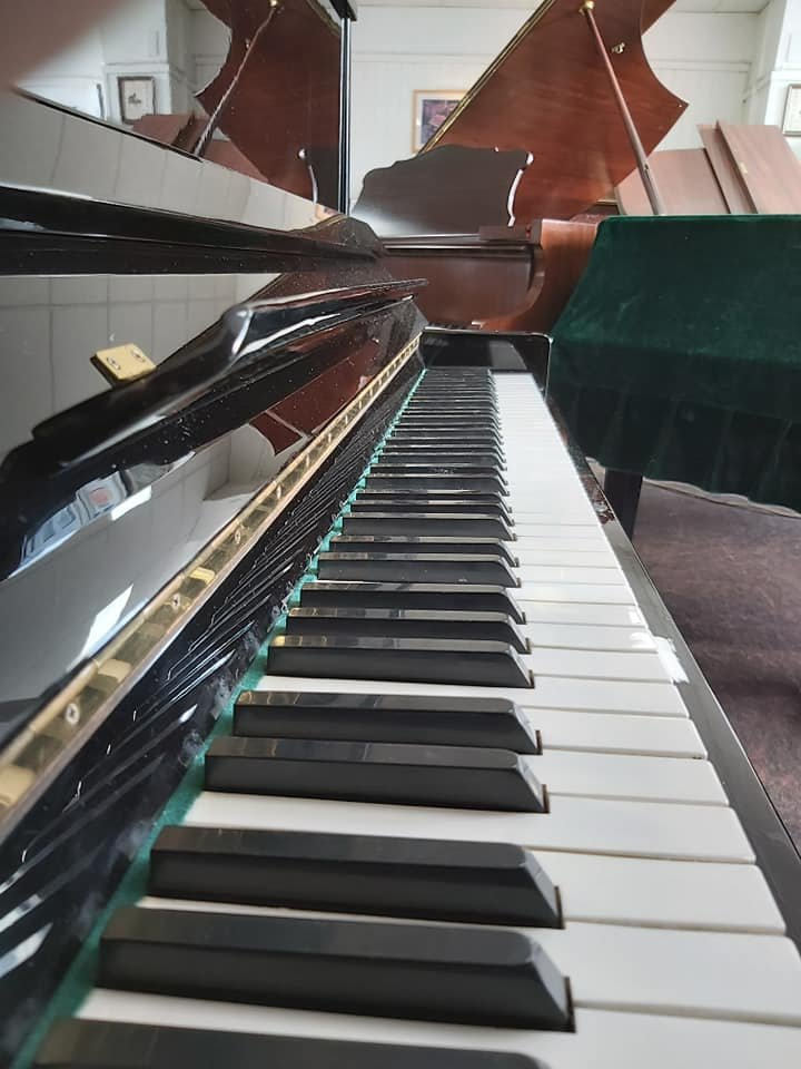 BLACK UPRIGHT PIANO 02
